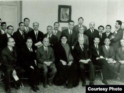 شاپور بختیار (نفر نشسته از سمت راست) به همراه اعضای جبهه ملی دوم در منزل اللهیار صالح در سال ۱۳۴۱