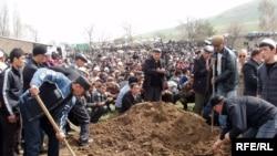 На похоронах погибших в Бишкеке. 9 апреля 2010 года
