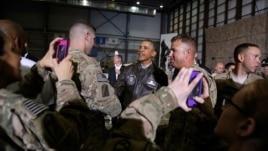 АҚШ президенті Барак Обама (ортада) Кабулдағы Баграм әскери базасында америкалық әскерилермен кездесіп тұр. Ауғанстан, 25 мамыр 2014 жыл.