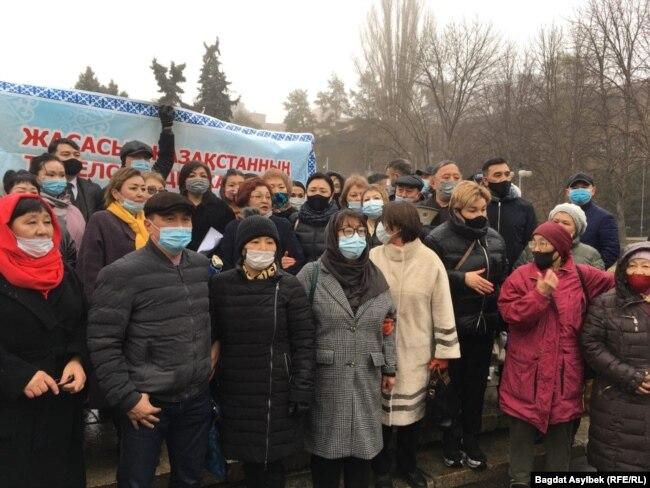 Адвокаты, юристы и нотариусы, собравшиеся для проведения митинга против поправок в законодательство об адвокатской деятельности и юридической помощи. Алматы, 13 марта 2021 года.