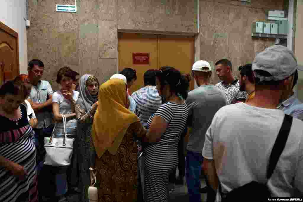 Родичі затриманих у будівлі суду в Сімферополі