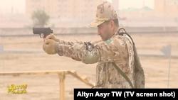 Harby tälimde Berettanyň PX4 pistoletlaryny ulanýan harbylar döwlet telewideniýesinde görkezildi