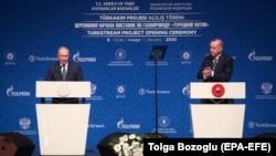 Президент Турции Реджеп Тайип Эрдоган и его российский коллега Владимир Путин (слева) выступают на церемонии запуска трубопровода «Турецкий поток». Стамбул, 8 января 2020 года.