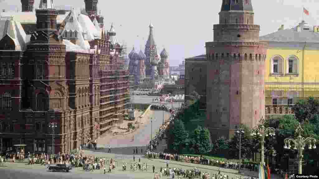 Moskovski Crveni trg, no nepoznato je zašto ljudi stoje u redu. Možda čekaju na ulaz u Lenjinov mauzolej?