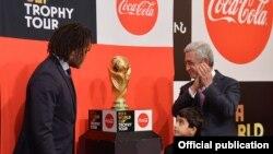 Նախագահ Սերժ Սարգսյանը Երևանում ընդունում է ՖԻՖԱ-ի աշխարհի առաջնության գավաթը ֆրանսիացի ֆուտբոլիստ Քրիստիան Կարամբյոյից, 7-ը փետրվարի, 2018թ.