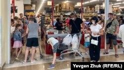 Масковий режим у супермаркеті Севастополя, ілюстраційне фото