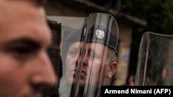 Një zyrtar i Policisë së Kosovës gjatë një proteste në Prishtinë. Foto nga arkivi.