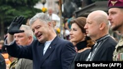 Бывший президент Украины Петр Порошеко (в центре).