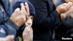 Құрбан айт кезінде мешітке келген бала. Алматы, 26 қазан 2012 жыл. (Көрнекі сурет)