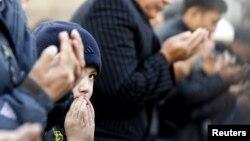 Құрбан айт кезінде орталық мешітке барған бала. Алматы, 26 қазан 2012 жыл. (Көрнекі сурет)