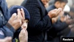 Верующие во время исламского религиозного праздника Ид аль-Фитр (Курбан айт). Иллюстративное фото.