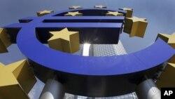 Simbol eura i zgrada Evropske centralne banke u Frankfurtu