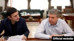 Премьер-министр Армении Карен Карапетян (справа) дает интервью экономическому обозревателю газеты «168 жам» Бабкену Туняну, Ереван, 26 декабря 2017 г.