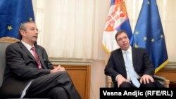 Davenport (majtas) dhe Vuçiq gjatë një takimi të mëparshëm në Beograd