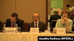 Əli Həsənov (ortada)