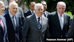 محمود عباس (وسط) و وزیر خارجهاش ریاض المالکی (راست)؛ آقای مالکی گفته است که رهبران فلسطینی تسلیم فشار نخواهد شد.