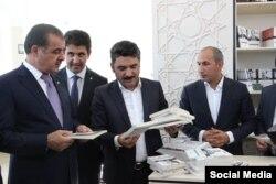Gəncə şəhər İcra Hakimiyyətinin başçısı Elmar Vəliyev kitab mağazasının açılışında.