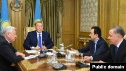 Президент Казахстана Нурсултан Назарбаев на встрече с председателем мажилиса парламента Кабибуллой Джакуповым (слева), премьер-министром Каримом Масимовым (второй справа) и руководителем администрации президента Нурланом Нигматулиным (справа). Астана, 18 января 2016 года.