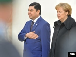 Türkmenistanyň prezidenti Gurbanguly Berdimuhamedow we Germaniýanyň kansleri Angela Merkel Berlinde, 2008-nji ýylyň 14-nji noýabry.