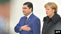 Türkmen prezidenti Gurbanguly Berdimuhamedow Germaniýa sapar eden wagty, Germaniýanyň kansleri Angela Merkel, Türkmenistandaky demokratiki prossesleriň möhümdigini belledi.