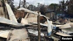 На месте пожара в деревне в штате Ракхайн в Мьянме (Бирма). Маунгдав, 12 сентября 2017 года.