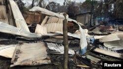 На месте пожара в деревне в штате Ракхайн в Мьянме (Бирма). Маунгдав, 12 сентября 2017 г.