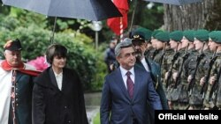 Swiss President Micheline Calmy-Rey (left) and Armenian President Serzh Sarkisian inspect a Swiss honor guard.