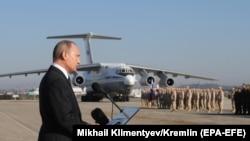 Владимир Путин выступает в сирийской военной базе Хмеймим, которую используют Вооруженные силы России (архив).