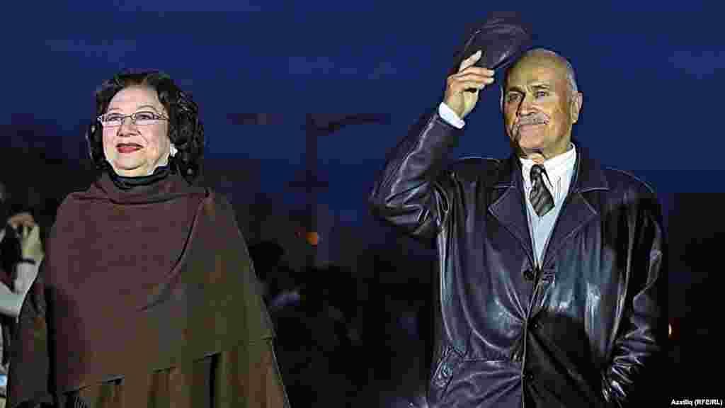 Камал театры каршында яңа сезон ачу тантанасы. Хәлимә Искәндәрова һәм Наил Дунаев.