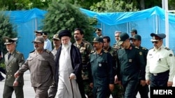 آیت الله علی خامنه ای همراه با فرماندهان ارشد نظامی جمهوری اسلامی در دانشگاه امام حسین