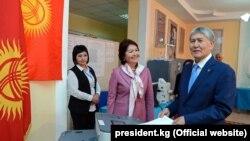 Presidenti, Alamazbek Atambaev, hedh votën në zgjedhjet presidenciale në Kirgizi.