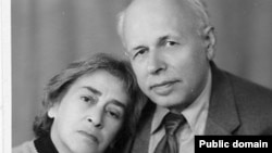 Елена Боннэр и Андрей Сахаров в Горьком (архивное фото)