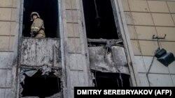 Пажарнік у выгарэлым гандлёвым цэнтры «Зімовая вішня» ў Кемераве, 29 сакавіка 2018