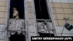 Пожарный в сгоревшем торговом центре «Зимняя вишня» в Кемерове.