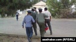 Türkmenistan. Polisiýa saklanan adamy şahsyýetini anyklamaga alyp barýar.