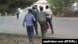 Türkmenistan. Polisiýa saklanan raýaty soraga alyp barýar.