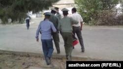 Türkmenistan, polisiýa saklanan raýaty şahsyýetini anyklamaga alyp barýar.