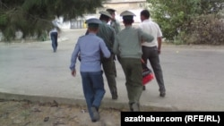 Türkmenistanda polisiýa işgärleri we raýat. Arhiwden alnan illýustrasiýa suraty