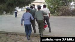 Polisiýa işgärleri.
