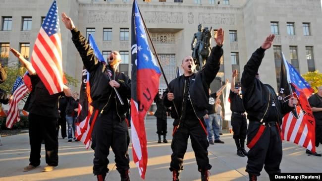 Većina internet stranica sa neonacističkim sadržajem potiče iz Sjedinjenih Država i dostupne su svima u svetu (na fotografiji članovi neonacističkog pokreta ispred suda u Kanzas sitiju, Misuri, Sjedinjene Države, 2013. godine)