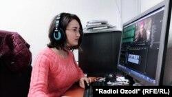 Афсона Акобиршоева ҳангоми кор дар Радиои Озодӣ