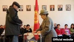Избиратели в день голосования на выборах президента Кыргызстана. Бишкек, 30 октября 2011 года.
