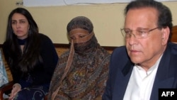 Punjab Governor Salman Taseer (right) met with condemned Christian woman Aasia Bibi (center) on November 20, after she had appealed her death sentence.