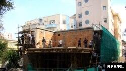 «XXI»əsr Təhsil Mərkəzi tikənlər indi binanın qarşısındakı boş yerdə əlavə korpus tikməkdədirlər
