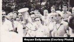 Фәүзия Бәйрәмова чыгыш ясый, уңда Тәлгать Бариев