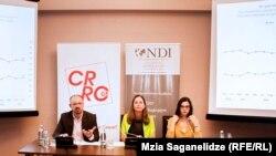 В опросе, который проводился с 8 августа по 10 сентября, приняли участие около 4,5 тысяч человек. Его результаты на пресс-конференции в Тбилиси презентовала директор грузинского представительства NDI Лора Торнтон