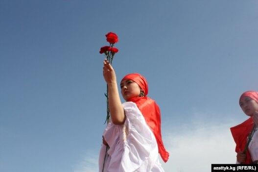 نمایی از مراسم یادبود قربانیان ناآرامیهای سال گذشته در قرقیزستان
