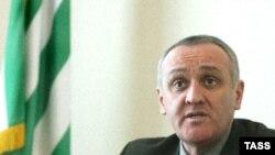 Вниманию журналистов была представлена любительская видеозапись шестиминутного фрагмента встречи кандидата в президенты Александра Анкваба с абхазскими репатриантами, прошедшей 10 августа