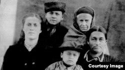 Семья Эмиралиевых, справа налево: мать Эмине, бабушка Фатма, младший брат Айдер, Джафер, тетя Мабубе, 1946 год