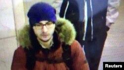 Акбаржон Джалилов, подозреваемый в теракте, входит в станцию метро в Санкт-Петербурге. Кадр видеозаписи.